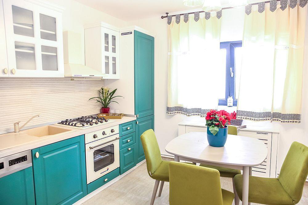 Bucătăria amenajată după proiectul Cristinei Joia are mobila executată la Martplast din MDF, electrocasnicele și dotările fiind de la Dedeman.