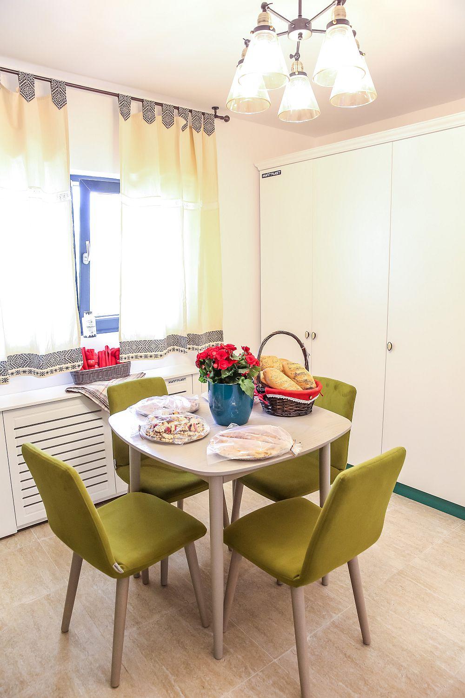 De partea opusă ansamblul de bucătărie există un altul cu spații de depozitare, care includ și frigiderul încorporabil, toate configurate pe alb. Masa și scaunele (fabricate la Mobila Dalin) au fost achiziționate de la Dedeman, la fel și corpul de iluminat.