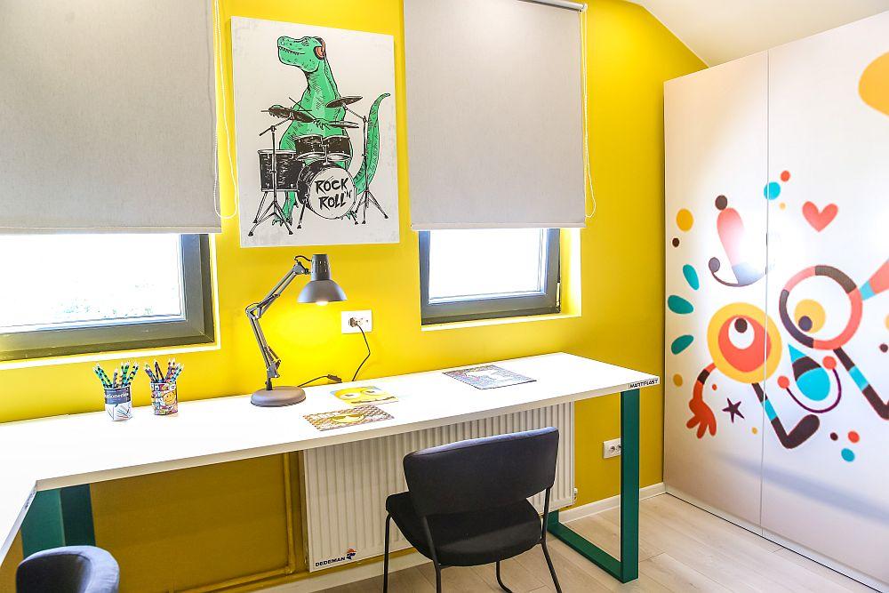 Ușile dulapului sunt imprimate cu desene colorate, inspirate de ceea ce au desenat gemenii pe pereți atunci când au spus cum și-ar dori camera.