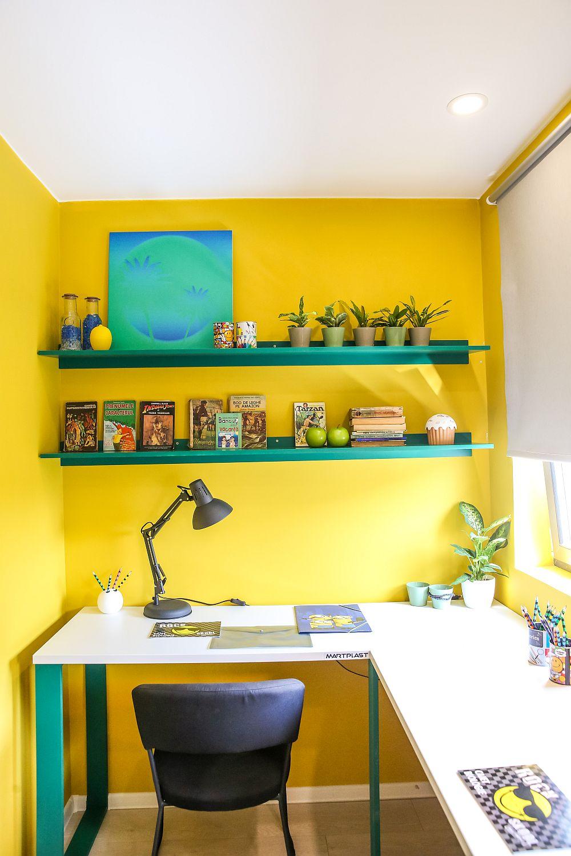 În zona liberă de deasupra unui dintre birouri sunt rafturi pentru cărți.