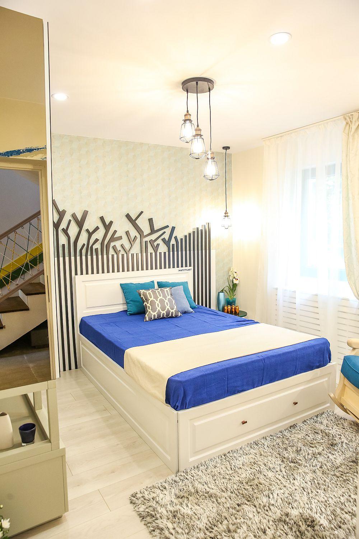 Dormitorul bunicii amenajat după proiectul Cristinei. Mobila este realizată pe comandă la Martplast, covorul, decorațiunile textile și corpurile de iluminat sunt de la Dedeman.
