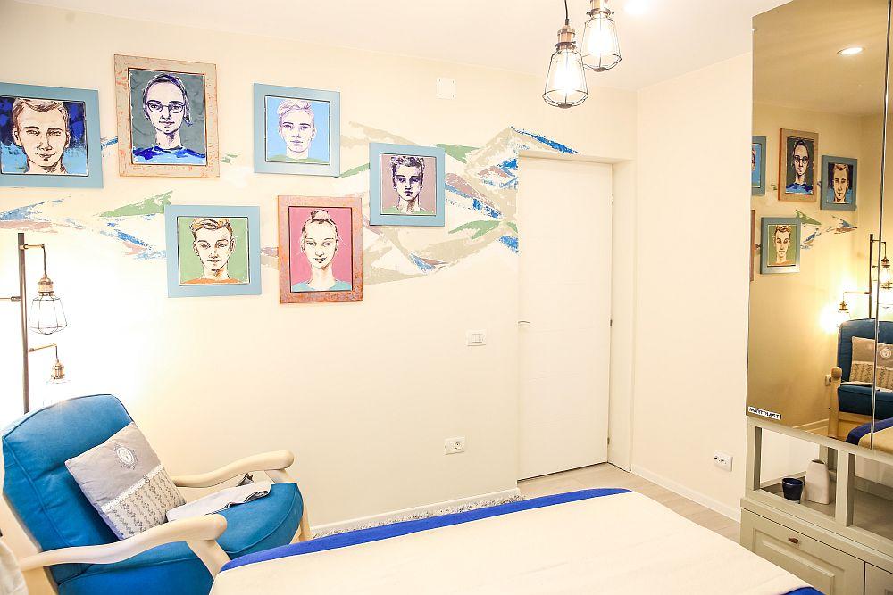 Pe peretele din fața patului Cristina a poziționat portretele nepoților, pe care le-a pictat pentru bunica. De asemenea, și peretele este personaliat prin intervențiile Cristinei.
