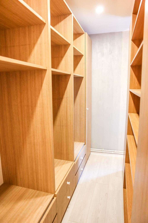 În spatele tăbliei patului, gândită ca o placare până la nivelul plafonului, este parțial ascuns dressingul.