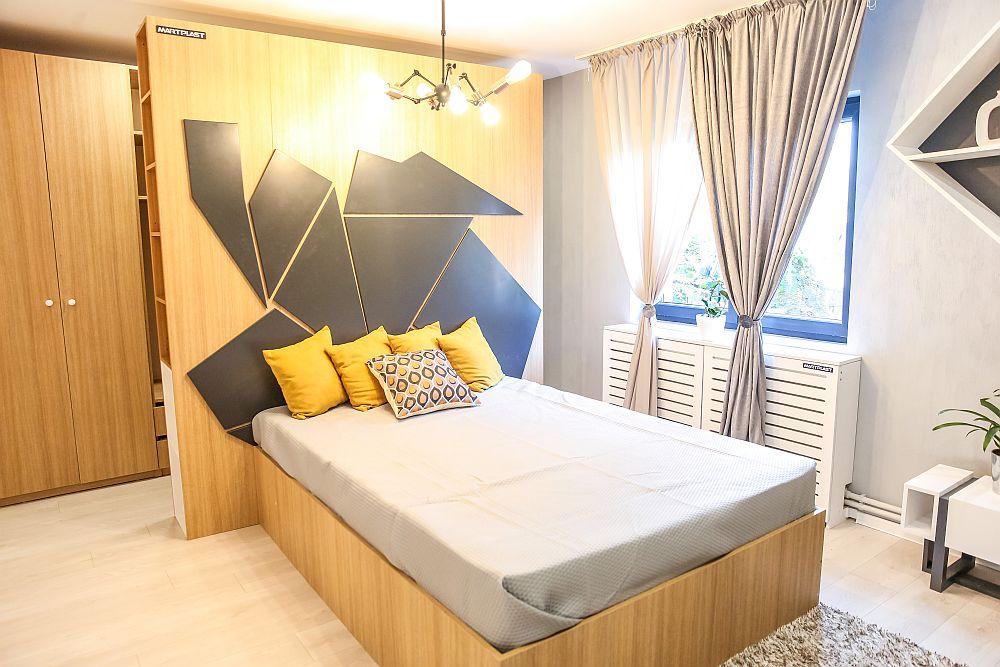 Dormitorul unchiului este situat opus față de bucătărie și amenajat după proiectul Cristinei. Mobila este realizată pe comandă la Martplast.