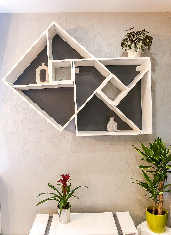 Pe peretele cu fereastra sunt rafturi decorative realizate la Martplast după proiectul Cristinei.