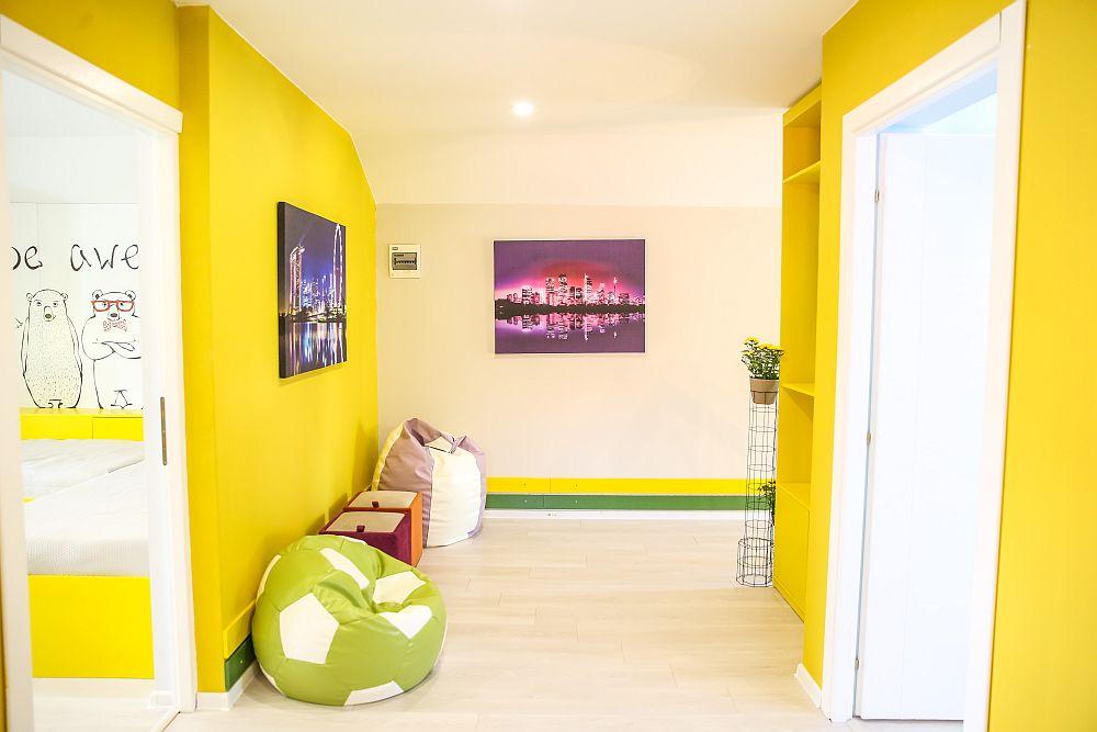 Holul de la etaj după renovare. Fiind un spațiu care beneficiază de prea puțină lumină naturală, am prevăzut o culoare solare de galben, care să lumineze totul.