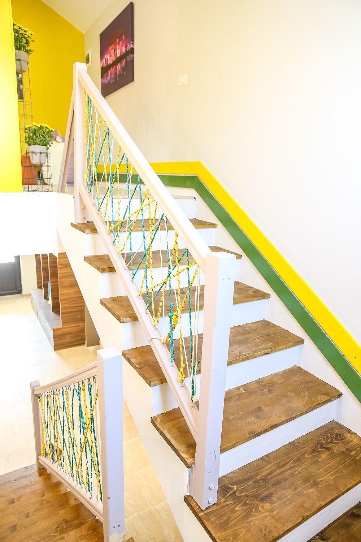 În locul unei balustre clasice s-au montat balustrade din lemn de la Dedeman, iar Valentin a prevăzut cordeline colorate achiziționate tot de la Dedeman.