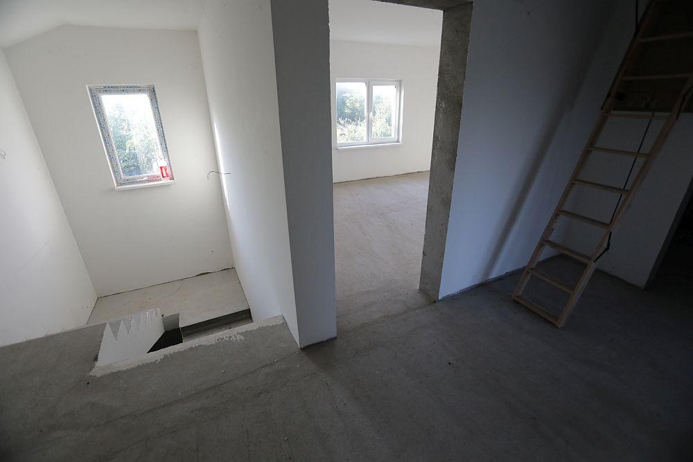 Zona de scară și hol de la etaj înainte de renovare.
