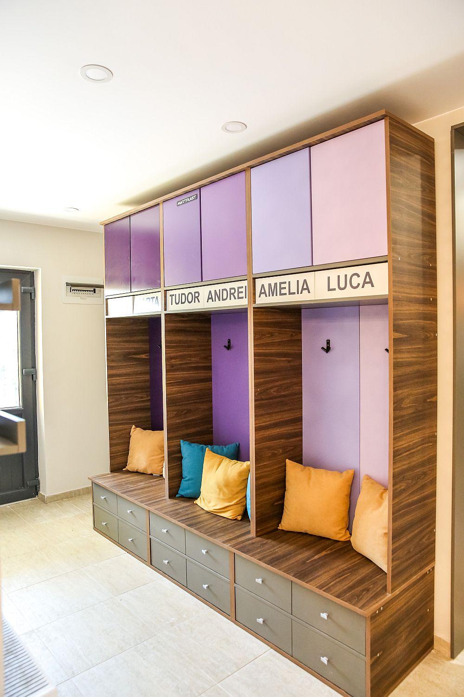 La intrarea în casă a fost configurat un mobilier inspirat din activitatea sportivă a copiilor, practic Valentin a reinterpretat ideea de vestiar prin prezența numelor copiilor.