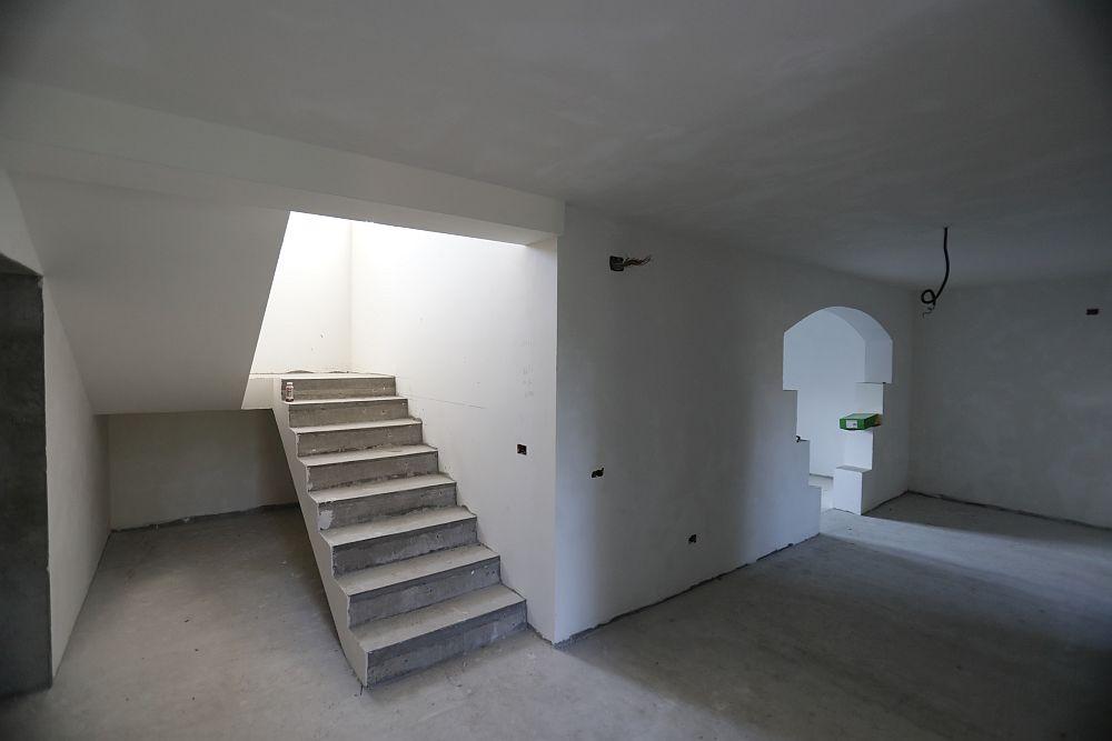Zona de hol cu scara îninate de renovare.