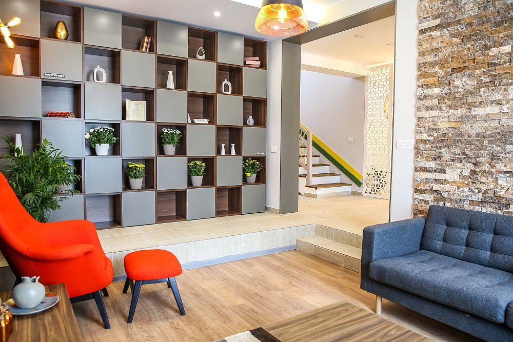 Din holul de la intrare se poate accede în living, spațiul nefiind separat printr-o ușă, ci lăsat deschis.