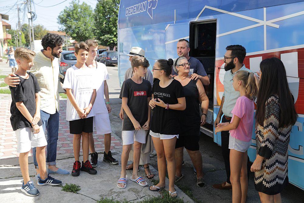 Întâlnirea cu cei șase frați, după ce autocarul Visuri la cheie a ajuns în fața locuinței unde stăteau provizoriu.