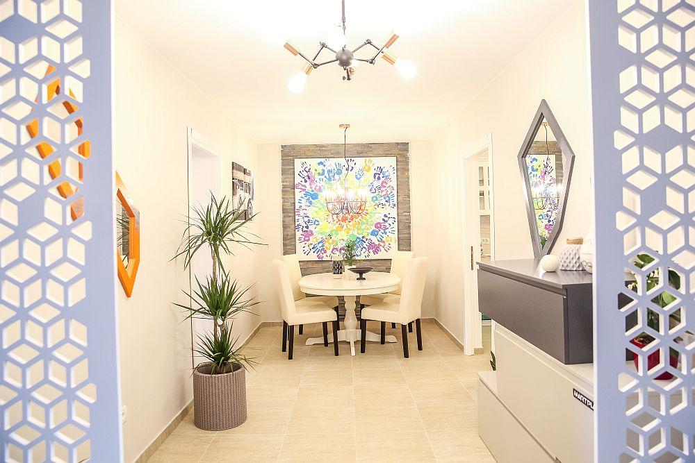Sufrageria este situată între dormitorul unchiului și bucătărie, iar spațiul este marcat prin tabloul realizat de către echipa Visuri la cheie pentru familie.