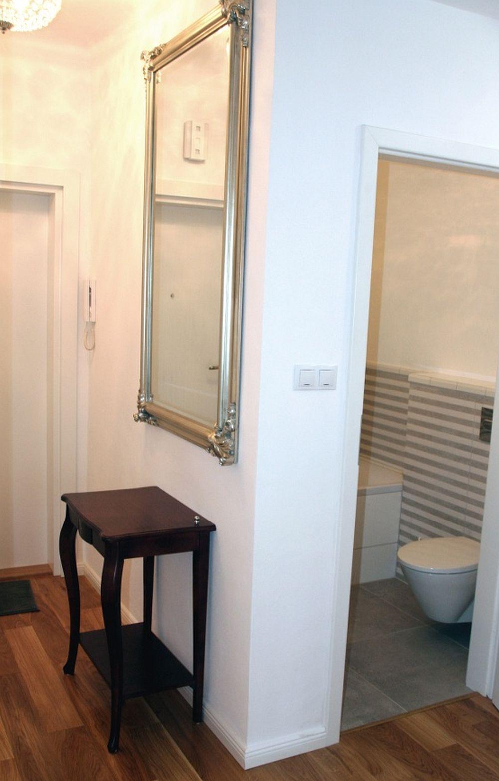 Înainte de renovare ușa camerei de baie se deschidea din holul de la intrare. Practic unde se află acum consola cu oglindă era înainte ușa de la baie. Fiind mutată, ușa nu mai ăncurcă spațiul de circulație din zona intrării în garsonieră.