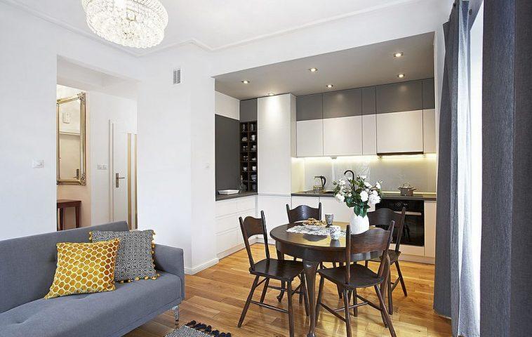 Spațiul de depozitare este separat de bucătărie. Aeasta la rîndul ei este deschisă către cameră.