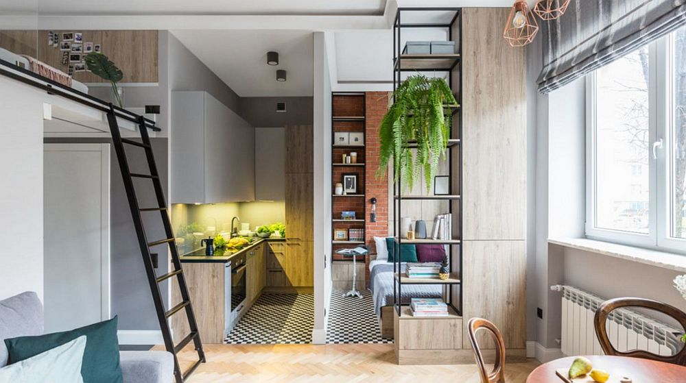 După recompartimentarea garsonierei, singura ușă interioară rămasă este cea a camerei de baie. De la intrarea în casă pe partea stângă sunt înșiruite funcțiunile: baia, bucătăria deschisă, dormitorul. Bucătăria și dormitorul sunt deschise către cameră, chiar dacă locul de odihnă este parțial mascat prin mobilier. Peretele dintre bucătărie și dormitor a fost nou construit din gips-carton, iar separarea este binevenită.