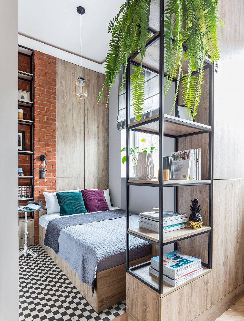 Spațiul de dormit de lângă fereastră are un pat cu o saltea de 140 cm lățime. Copromisul a fost de a poziționa patul astfel încât accesul la el să se facă pe două laturi, deci pratic este pus pe lângă parapetul ferestrei. În spatele lui nișele sunt folosite ca spații de depozitare închise. Separarea față de cameră este făcută printr-o etajeră cu structură metalică.