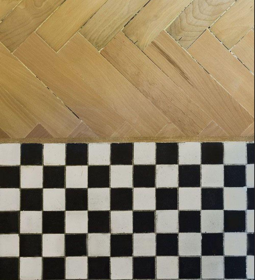 Parchetul și mozaicul vechi au fost păstrate, refinisate și făr ca între ele să fie pusă baghetă decorativă, ci un material elastic pentru chituirea golurilor.