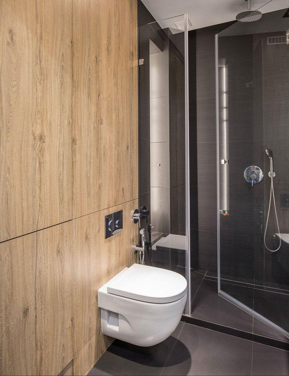 În baie, lână vasul de toaletă îngropat și în jurul acestuia a fost creat un ansamblu de depozitare. În spatele uneia dintre uși este mascată mașina de spălat rufe.