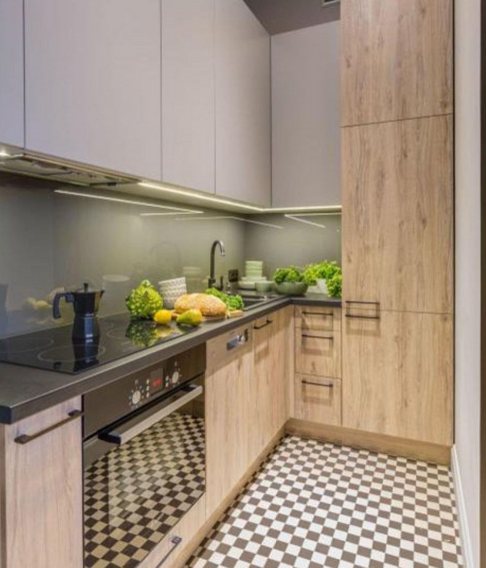 Bucătăria este mică, dar foarte bine organizată. Plita și cuptorul sunt electrice pentru că astfel ele au putut fi mai bine poziționate, cu spațiu necesar până în chiuvetă. Frigiderul este încorporat, mascat practic în mobilier. Dimensiunile bucătăriei sunt de