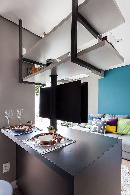 La nevoie, masa poate funcționa și ca blat de lucru în bucătărie. Cert este însă că scaunele sunt mascate în ansamblul garsonierei, deci nu încarcă ambientul, dar locul de luat masa este foarte la îndemînă așezat astfel ca tot ce este legat de bucătărie să rămână organizat în dreptul ei.