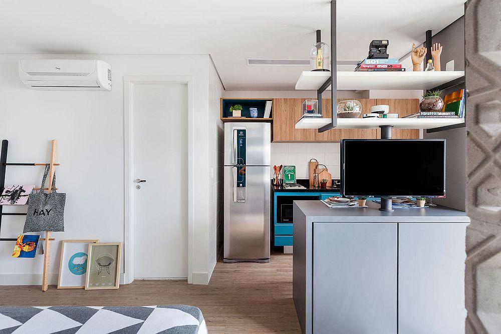Combina frigorifică este așezată logic, astfel ca aceesul la ea să se facă cât mai ușor. Singura încăpere delimitată este baia. Deci, prin deschierea spațiului s-a obținut o mai bună organizare, dar și limitatea numărului de uși interioare.