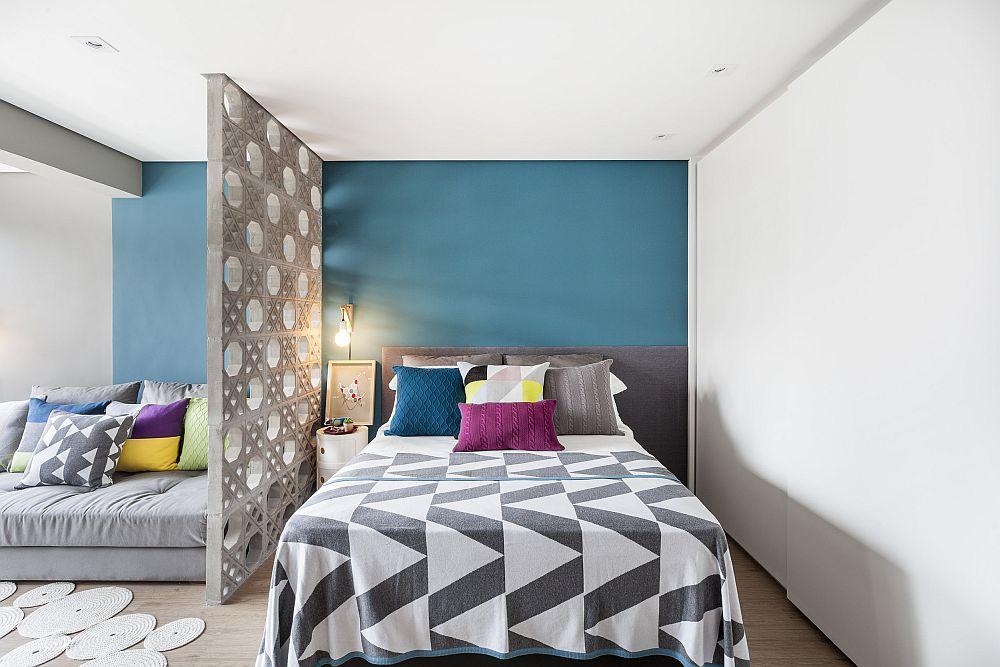 Dulapul generos este realizat pe comandă cu uși glisante. Practic la prima vedere nu-ți dai seama că este un ansamblu de mobilier pentru că ideea a fost să pară un perete. Da, deci să nu încarce spațiul, ci suprafața lui să reflecte lumina care vine de la singura fereastră ce luminează natural încăperea.