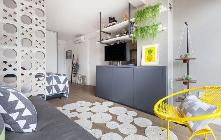 La granița dintre zona de zi și locul de dormit, pe partea opusă, este instalat televizorul. O soluție ingenioasă pentru că programele tv pot fi vizionate atât din pat, cât și de pe canapea. Cum? prin sistemul rotativ gândit ca suport al ecranului.