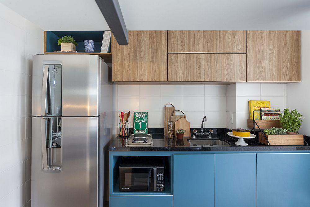Combina frigorifică este așezată logic, astfel ca aceesul la ea să se facă cât mai ușor. În rest, în mica bucătăriei au trebuit alese o plită cu doar două ochiuri și o chiuvetă configurată direct în blat, de dimensiuni minimale. Astfel s-a obținut și suprafață de blat între principalele zone ale bucătăriei.