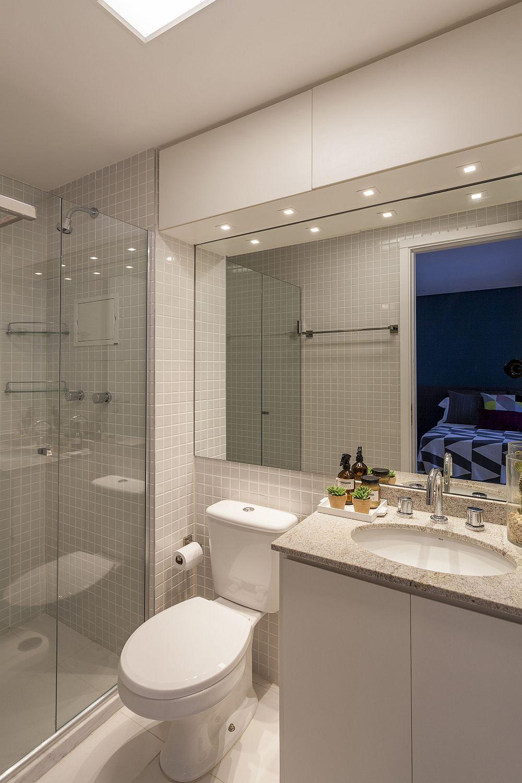 Baia este funcțional amenajată cu o suprafață mare de oglindă pentru a da impresia de spațiu mai mare. Pentru că ușa băii se deschide spre interior, locul vasului wc a fost mutat din dreptul ei lângă paravanul de duș.