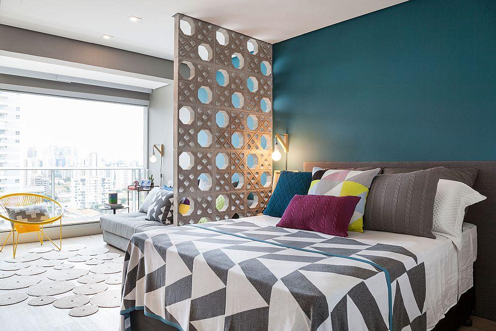 La intrarea în garsonieră prima funcțiune care se vede este cea a locului de dormit. Patul generos este poziționat pe un fundal albastru intens, care colorează tot peretele. Pe partea opusă bucătăria are fronturile (ușile) cu aceeași nuanță. Modul de decorare al patului contează mult, atunci când acesta este la vedere. Ca atare, decorațiunile alese, cuvertură, paturi, perne sunt gândite în relație cu întreg ambientul.