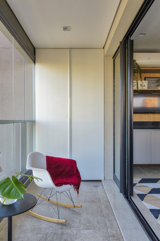 Deși nu este la vedere, chicineta de pe balcon este mascată după uși de dulap simple, albe pentru a fi cât mai camuflate.