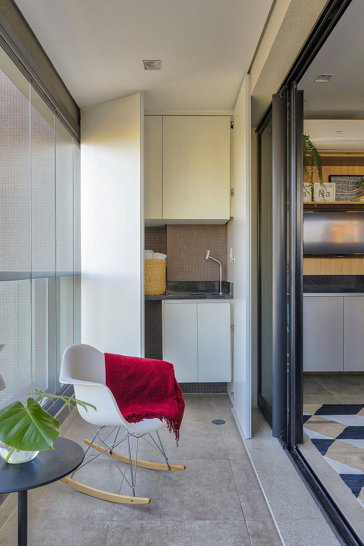 Chicineta de pe balcon are două zone minimale: plită de gătit cu hotă și chiuvetă., ambele ascunse privirii de ușile dulapului.