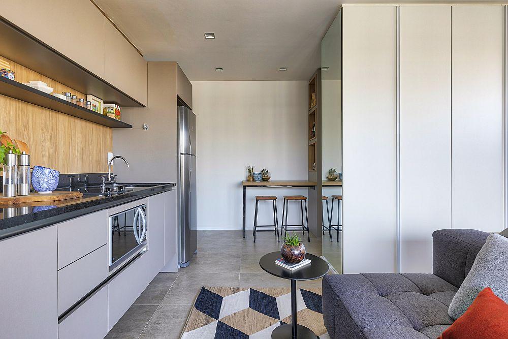 Camera are un generos ansamblu de depozitare configurat până în tavan pentru a fi cât mai camuflat. Spațiul fiinc mic, ușile dulapului sunt mai înguste pentru a putea fi mai ușor deschise. În zona de circulație către balcon, pe stânga este situată bucătăria, pe drepta canapeaua , dar important este că în fața bucătăriei există un culoar de circulație.