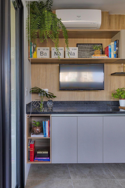 Televizorul este suspendat mai departe de zona de lucru din bucătărie, dar în așa fel încât să fie vizibil din toată camera.