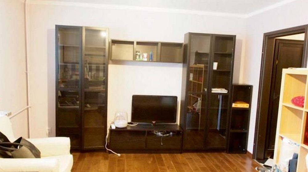 Locul pentru televizor era la intrarea în cameră și pentru el s-a cumpărat o mobilă de serie, toată zona fiind pe marouri.