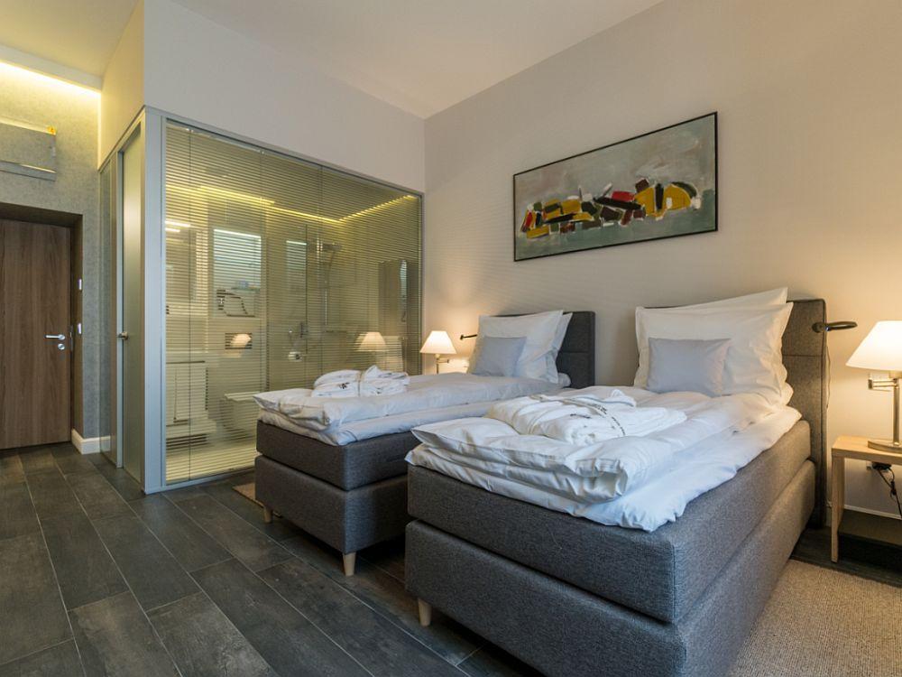 Cameră de hotel dotată cu paturi și saltele de la Luiss. Imagine din Hotel Dome, Satu Mare.