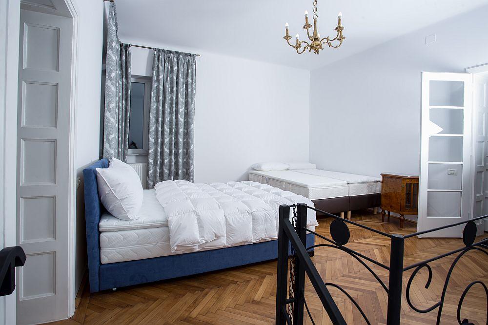 Imagine din showroomul Luiss, unde sunt expuse atât paturi tapițate, saltele, cât și lenjerii de pat.