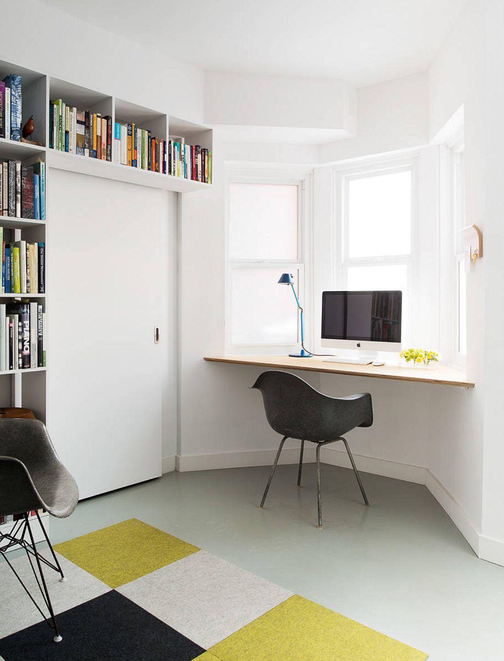 În spațiile mici suprafața continuă a stratului de vopsea, care poate fi mat sau lucios, dă impresia de spațiu mai mare.