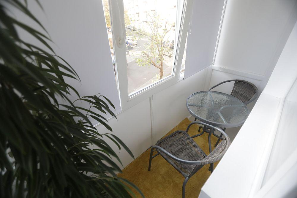 Balconul a fost și el renovat, iar aici Valentin a prevăzut amplasarea unui mobilier pentru exterior achiziționat de la Dedeman.