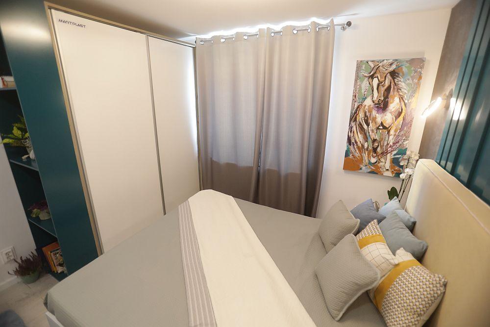 Pentru că spațiul este mic, Cristina a prevăzut dulapul cu uși culisante. În lateralul dulapului este un alt corp de bibliotecă. Tabloul din dreapta este pictat de către Cristina special pentru familie.