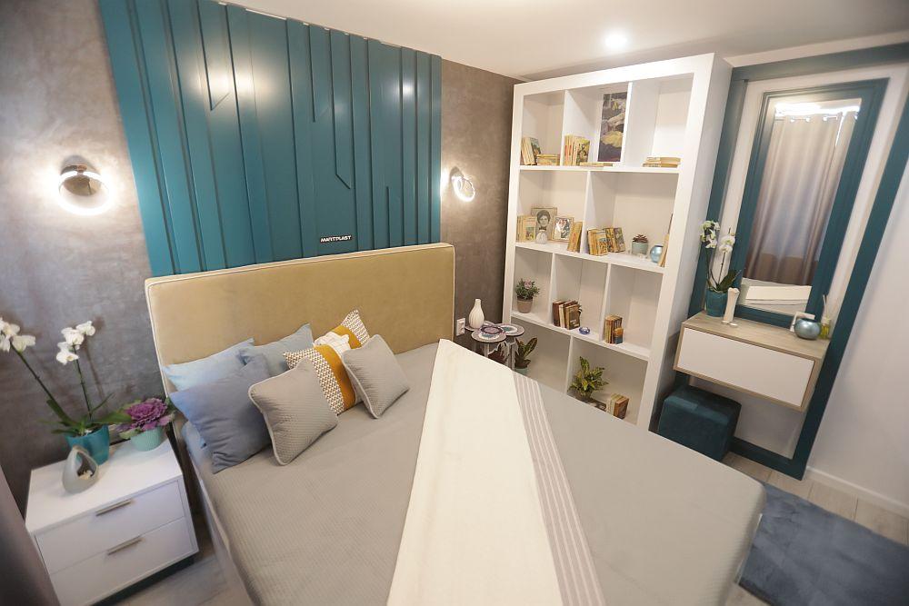 În lateralul patului este o bibliotecă și o masă de toaletă. Ambele piese sunt realizate pe comandă la Martplast după proiectul Cristinei. Taburetul de la masa de toaletă este de la Dedeman, la fel ca și carpetele.