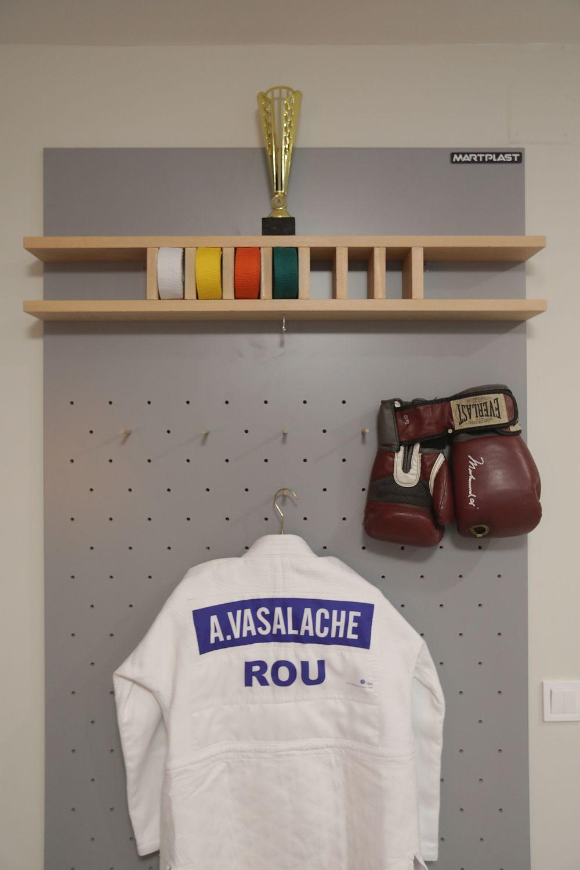 Pe peretele cu ușa interioară a livingului, Valentin a realizat un panou special pentru fetele, respectiv o placare perforată pentru expunerea costumului de judo al Antoniei și a mănușilor Ioanei. În partea superioară este un mic suport pentru centurile de judo.