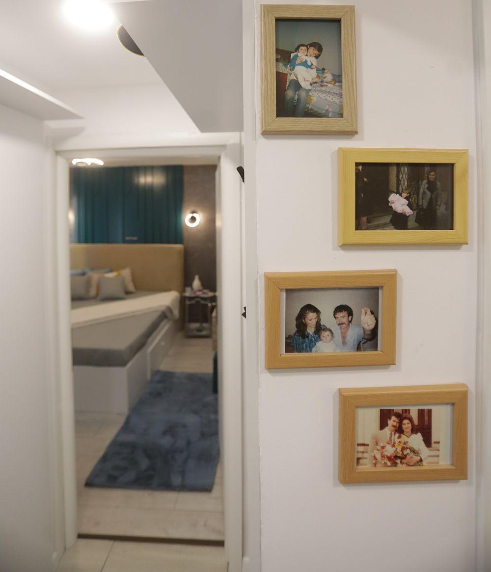 Pe o mică bucată de perete, din hol, către dormitor, sunt poze cu familia. Către dormitor de-o parte și de alta a ușii pereții sunt placați.