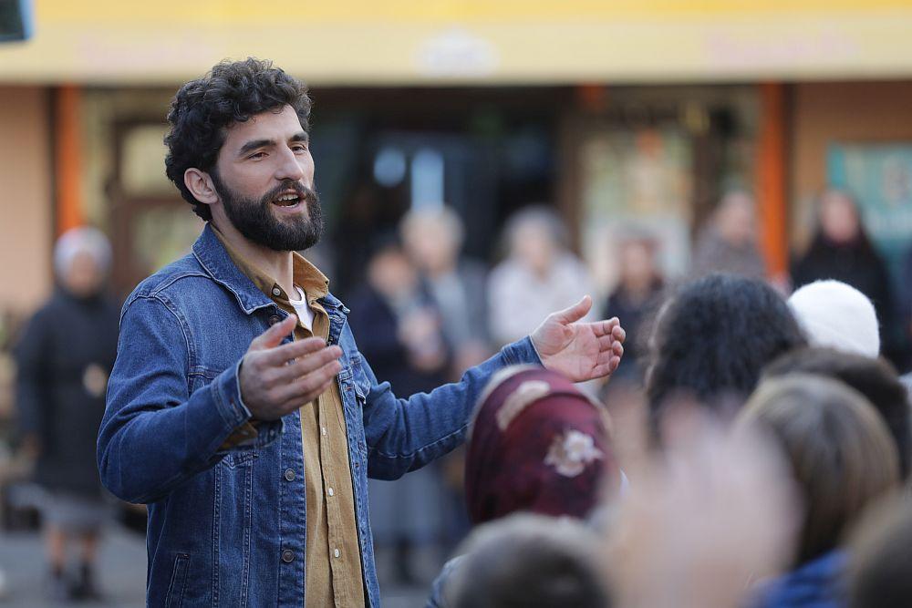 Înainte de mutarea autocarului, Corneliu Ulici, prezentatorul emisiunii Visuri la cheie, i-a convins pe toți cei prezenți să facă liniște pentru a păcăli familia asupra numprului de oameni care s-au strâns pentru acest moment emoționant.