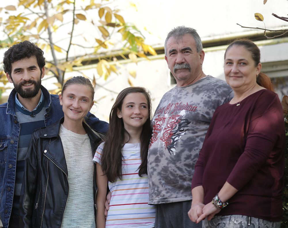Corneliu Ulici, prezentatorul emisiunii Visuri la cheie, alături de familia Vasalache. De la stânga la dreapta Ioana, Antonia, Doru și Mariana.