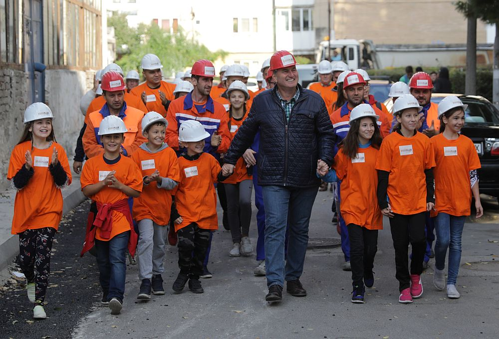 Secvență din cadrul emisiunii, când inginerul Florin Brînzan a venit însoțit de voluntari pentru debarasarea apartamentului.