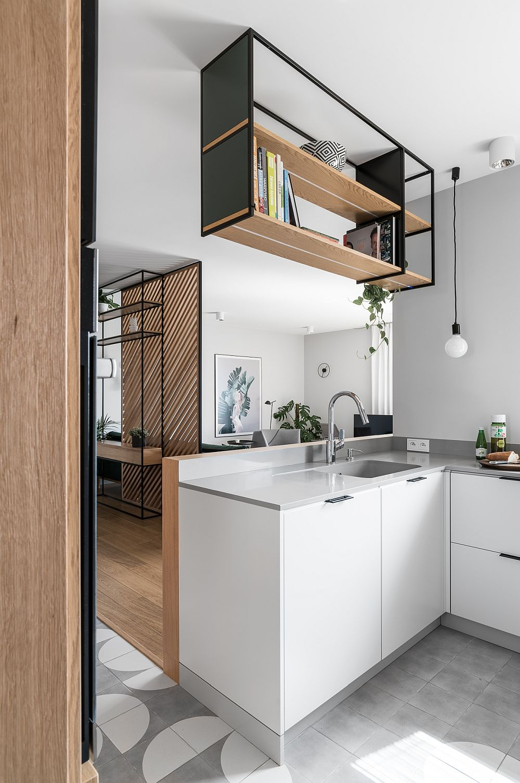 Pentru a asigura un minimum de protecție față de stropii de apă de la chiuvetă, arhitecții au prevăzut o structură în fața corpului de mobilă de bucătărie ce o include.