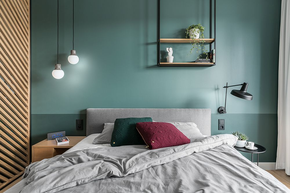 De remarcat faptul că de o parte și de alta a patului corpurile de iluminat sunt diferite, un joc asimetric studiat.