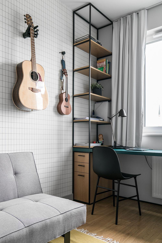 În camera de birou verdele se regăsește în ansamblul mobilierului, dar mult mai discret, camera fiind mică.